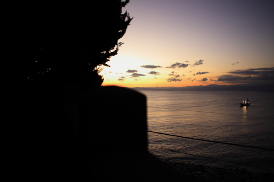 夕暮れの大瀬崎とイカ釣り船