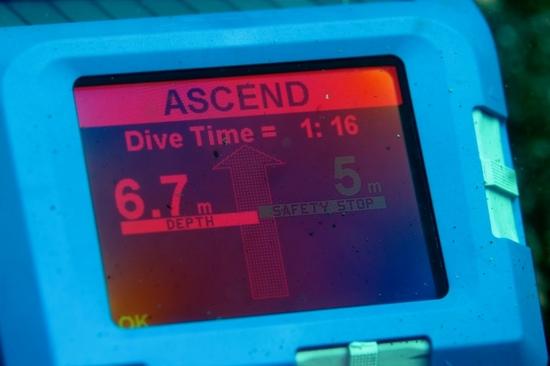 UEMIS SDA ダイビングコンピュータ アラーム表示画面